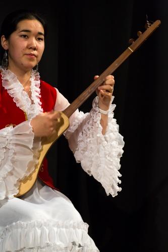Nurzat Chyntemirova, mit Komuz, dem kirgisischen Nationalinstrument-2