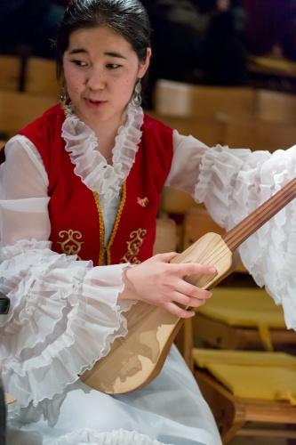 Nurzat Chyntemirova, mit Komuz, dem kirgisischen Nationalinstrument-3
