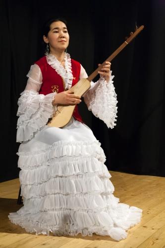 Nurzat Chyntemirova, mit Komuz, dem kirgisischen Nationalinstrument