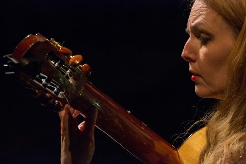 Heike Matthiesen an der Gitarre 2