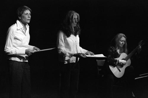 Sabine Scholz, Ulrike Happel und Heike Matthiesen an der Gitarre