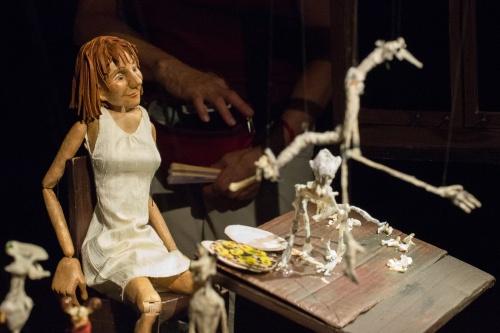 Puppe und Knochenfiguren 2
