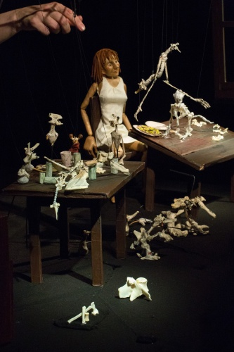 Puppe und Knochenfiguren
