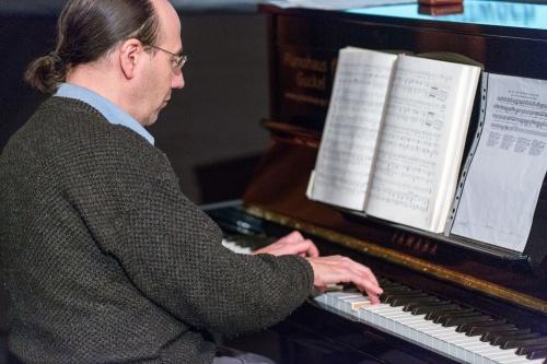 Manuel Mendez am Klavier spielt Robert Schumann