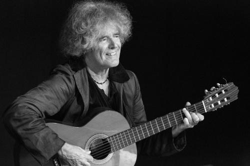 Moritz Stoepel begleitet sich mit der Gitarre