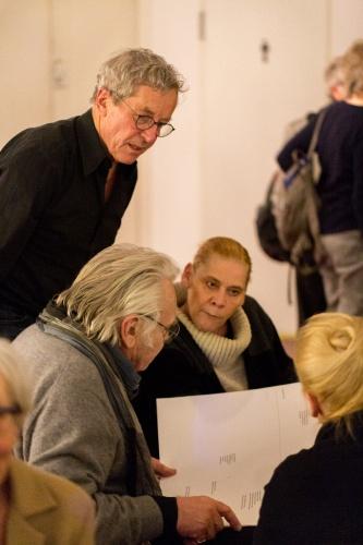 Ulrich Meckler diskutiert mit Zuschauern ueber seine Partitur