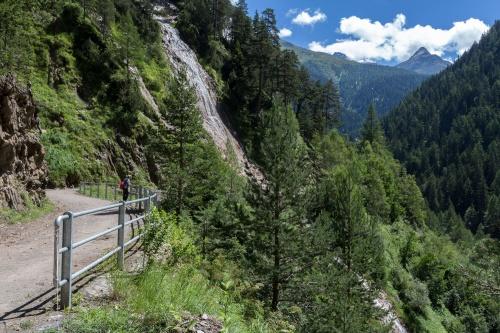 Twingi-Weg mit Wasserfall