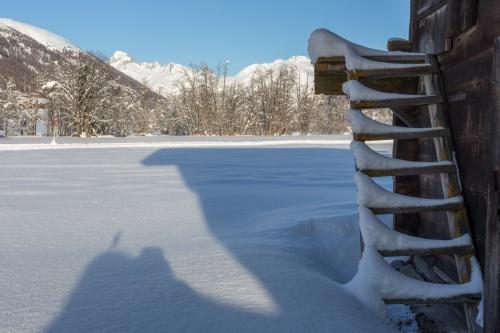 Stadel mit Treppe und langem Schatten