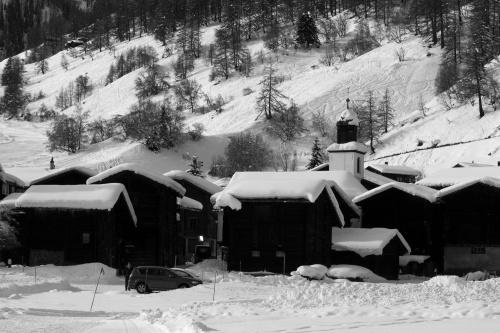 Stadel und Kirche in Geschinen