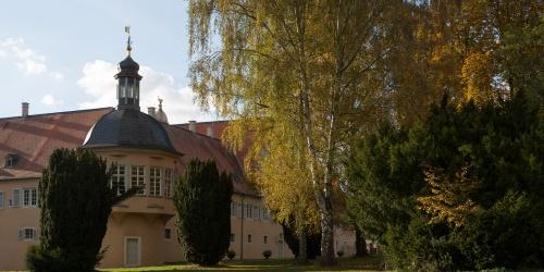 Jagdschloss mit Birke und Eiben