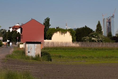 Dorf mit Hochhaus