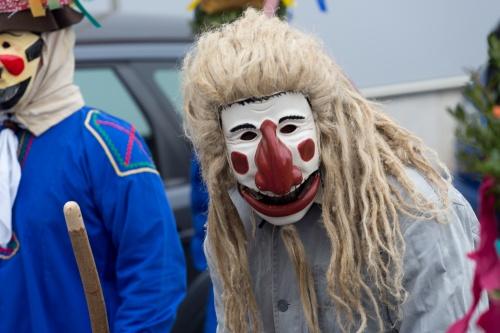 Maske mit Haartracht und weissem Kittel
