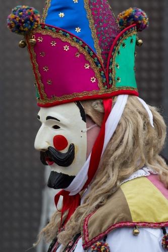 Maske mit Hut und Langhaar