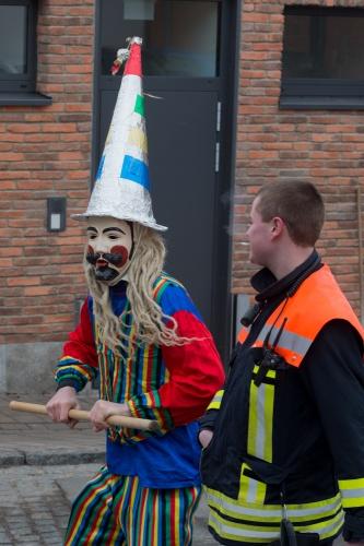 Maske mit Spitzhut und gestreiftem Kittel - bedraengter Feuerwehrmann