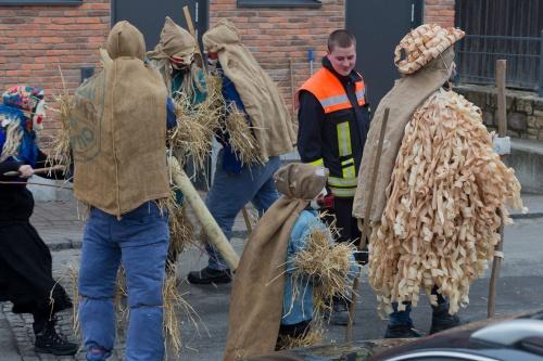Strohbaeren bzw. Strohmaenner und Spanmaenner bedraengen Feuerwehrmann