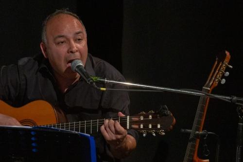 Rey Valencia (Gesang, Gitarre)