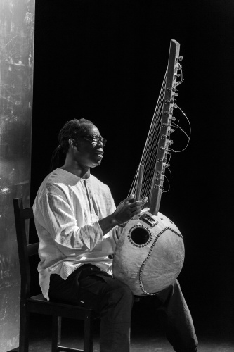 Aziz Kuyateh spielt Kora (Harfenlaute)