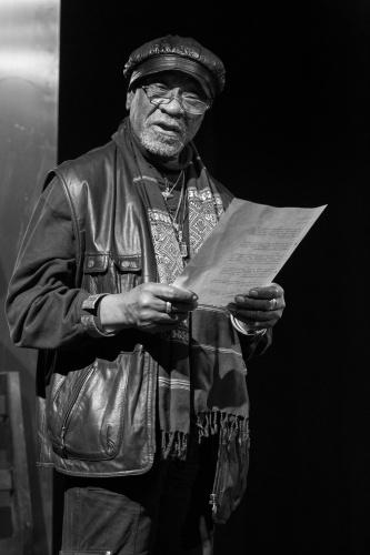 Muepu Muamba traegt eines seiner Gedichte vor