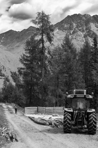 Traktor im alpinen Gelaende